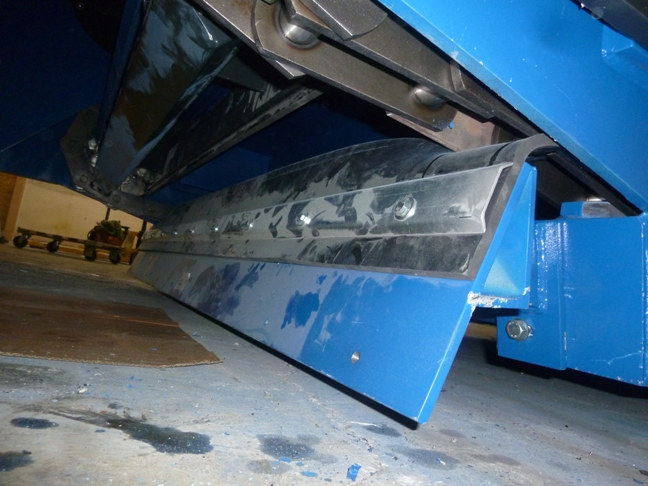floor conveyor with scraper system
